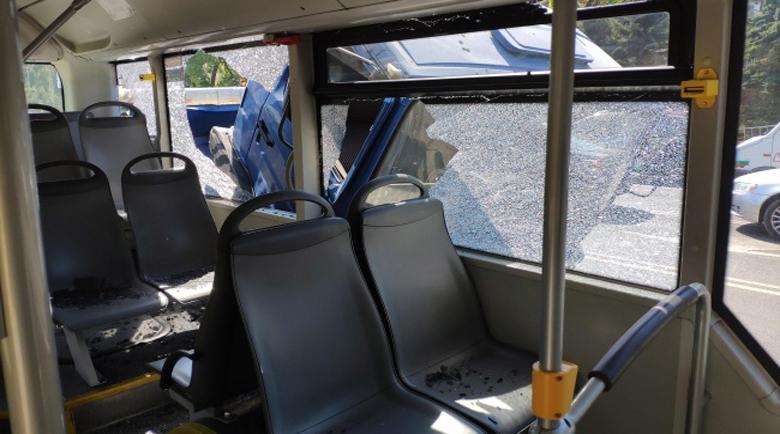 Камион удари спрял на спирка автобус в София