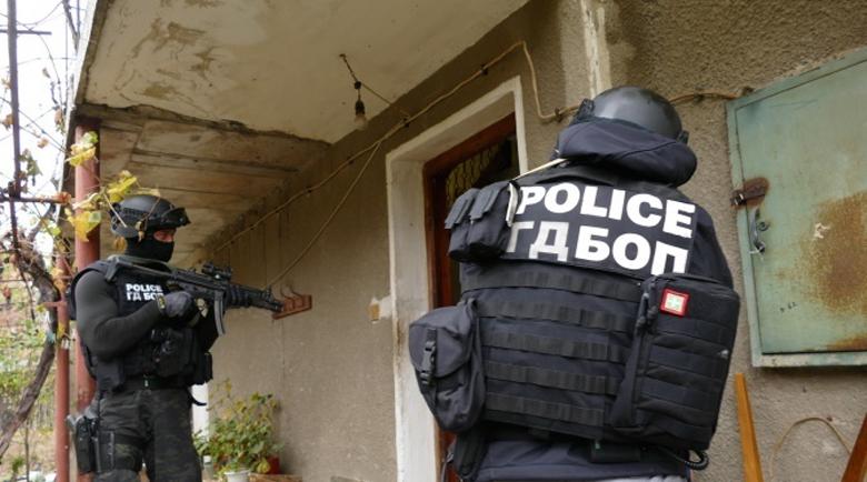 Барети и жандармерия нахлуха в село край София, откриха бойно снаряжение