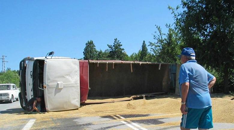 Камион със зърно се преобърна и разпиля товара си във Варна