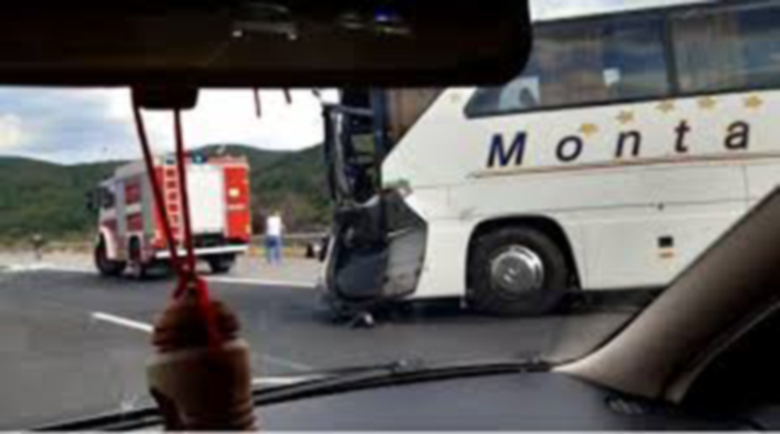 8 души са в болница след сблъсъка между автобус и ТИР, дете загина на пътя Казанлък – Бургас