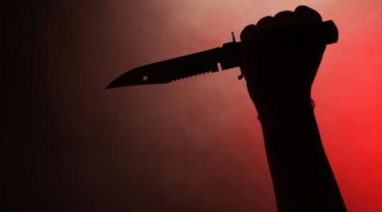 Скара се с жена си, опита да си тръгне, тя го спря с… нож в гърба