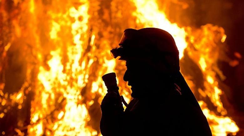 Край Котел горят хиляди декари треви и гора