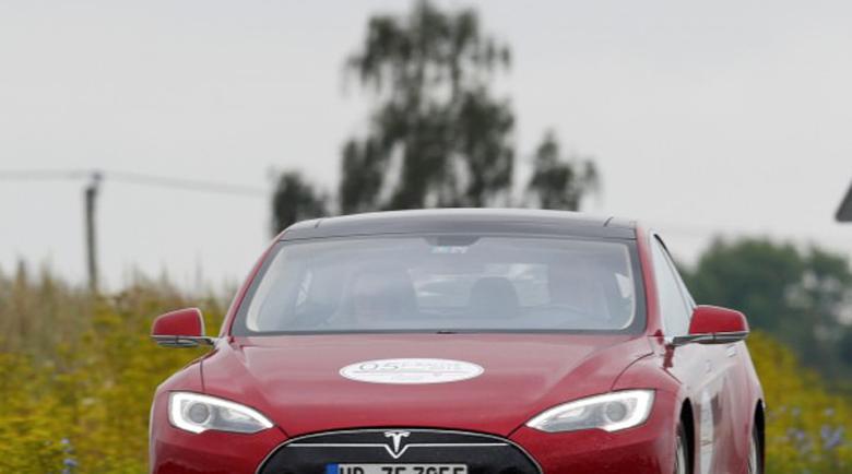 """Бъг в системата """"заключи"""" собственици на Tesla в колите им"""