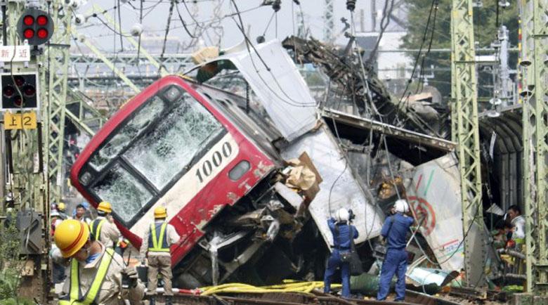 Най-малко 30 пострадали при удар на влак и камион в Япония