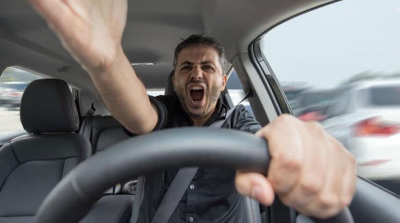 Брутални сцени: Шофьор раздава тупаници, после се скри от полицията