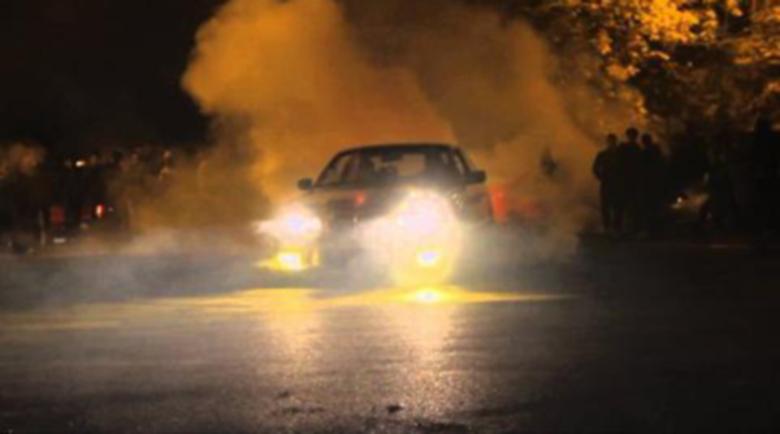 Хлапаци с лъскави коли си спретнаха опасно забавление