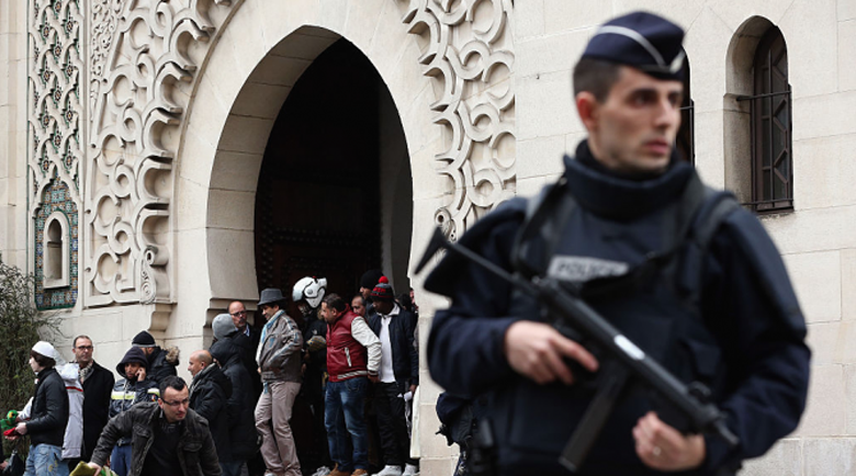 Стрелба и експлозия край джамия във Франция