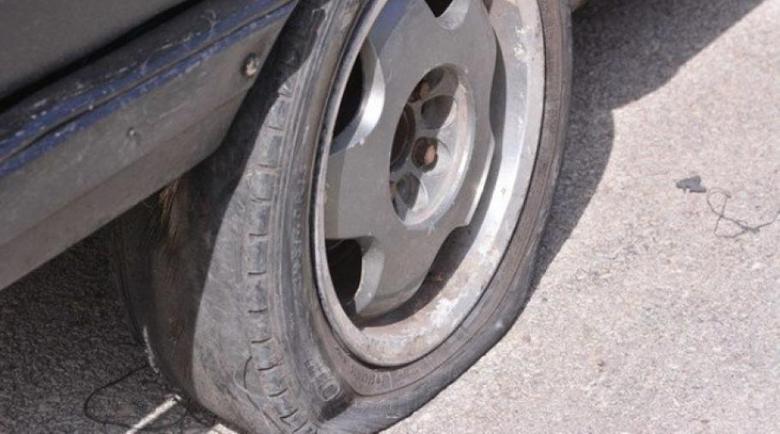"""Вандал наряза гумите на пет коли, оставял по една за """"резерва"""""""