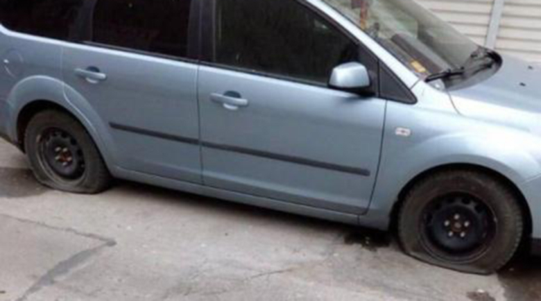 Маниак наряза гумите на 10 коли и се барикадира в дома си