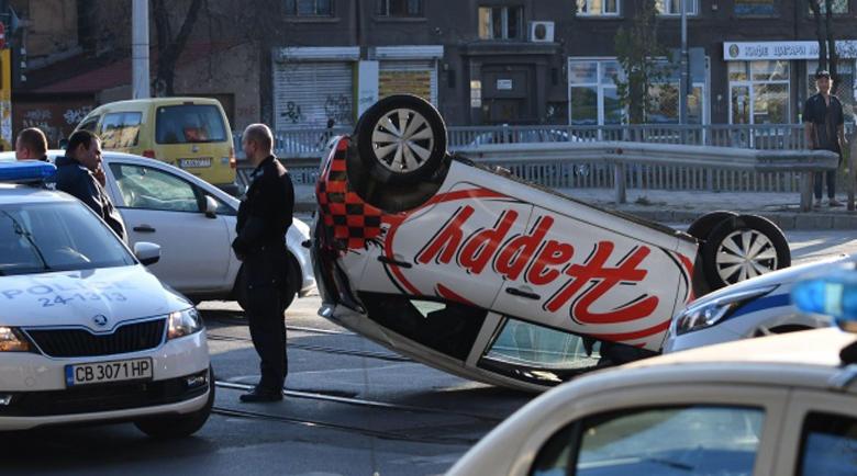 """Кола на """"Happy"""" се преобърна по таван след зрелищна катастрофа"""