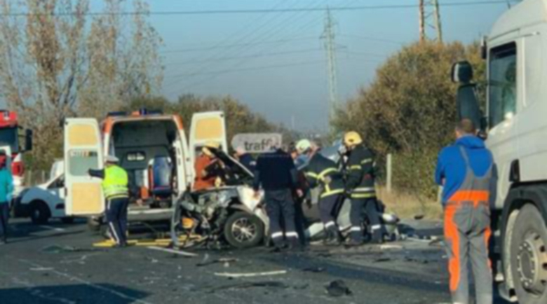 Тежка катастрофа на входа на София! Пожарникари режат ламарини