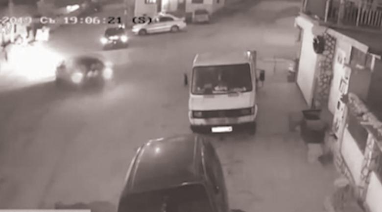 Пиян джигит катастрофира пред погледа на полицаи и офейка като пич