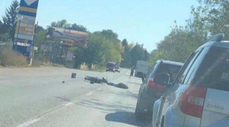 Мъж е в тежко състояние, бус помля мотоциклета му