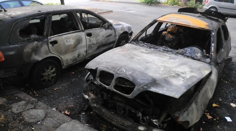 Два автомобила изгоряха в Бургас пред Спешния център