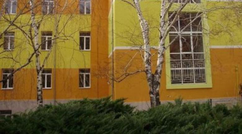 Нахлуха пияни в двор на училище, вдигнаха скандал на директора