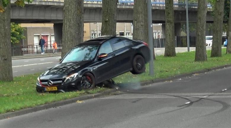"""Направи се на дрифтаджия с Mercedes-AMG и """"срещна""""… дърво"""