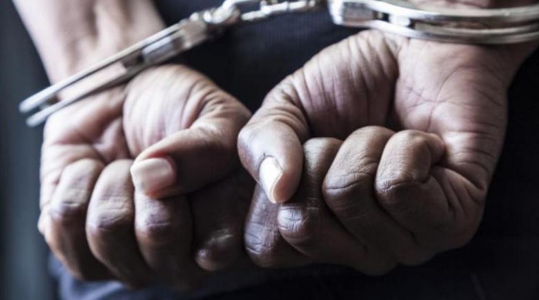 Полиция щурмува апартамент на Бургас, изкараха с белезници 44-годишен мъж