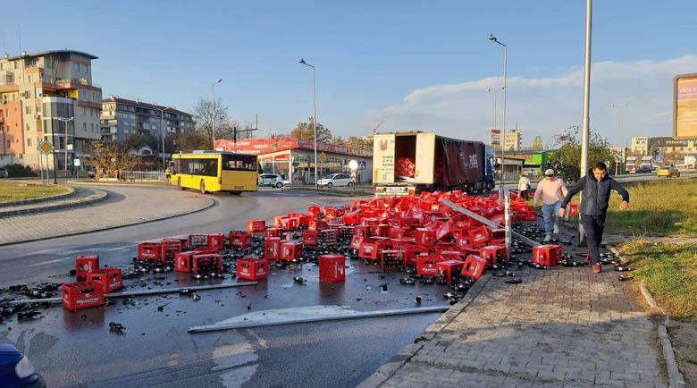 Камион изсипа десетки каси с бира на кръгово