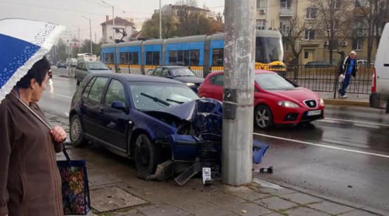 Лек автомобил се разби в стълб в София