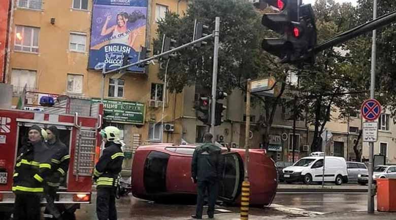 Кола се преобърна зрелищно на мократа настилка във Варна