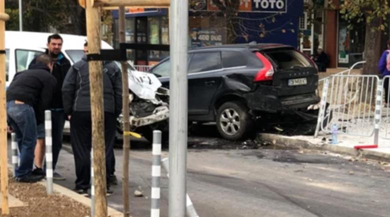 Верижна катастрофа с бус, джип, такси и няколко коли на недомисленото кръстовище в София