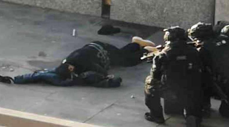 Лондончани повалили с тояги и пожарогасители джихадиста