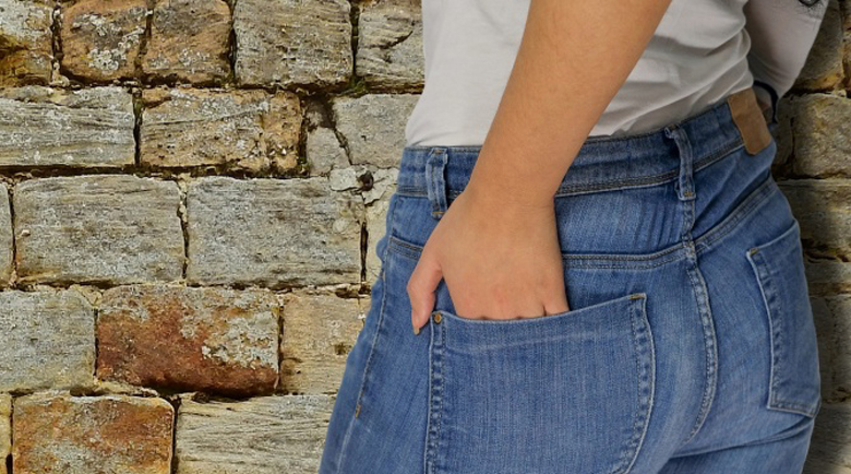 Момиче, нахлузило 8 панталона, принудено да ги свали пред охраната