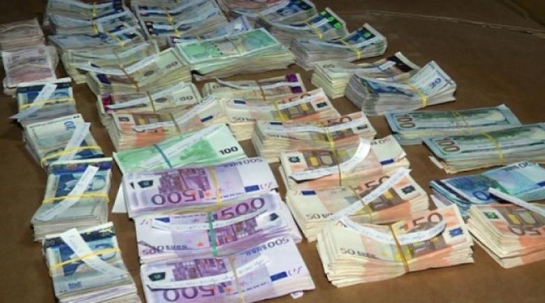 Митничари откриха 13 500 евро, натъпкани в сутиена на жена