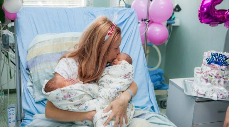 Лекари спасиха родилка с близнаци, прегърна за първи път бебетата за рождения си ден