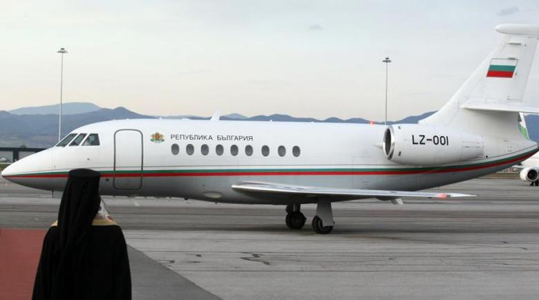 Приземиха аварийно самолета на Борисов