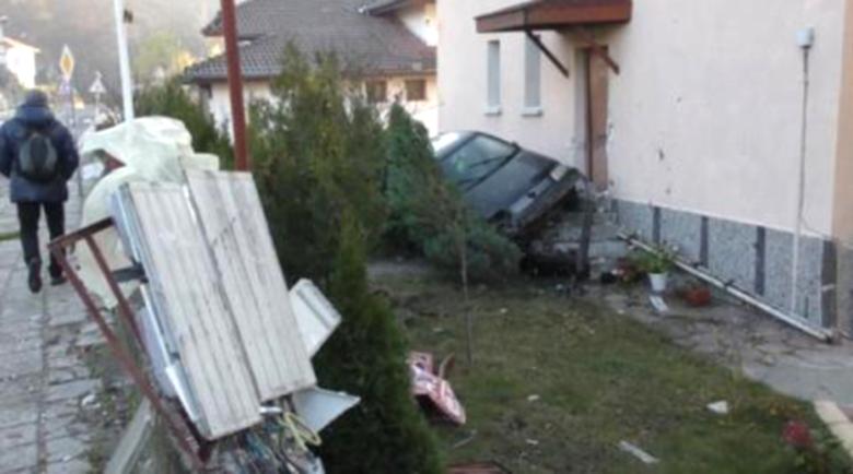 18-годишен шофьор, разбил се в къща в Смолян: Разсеях се от музиката