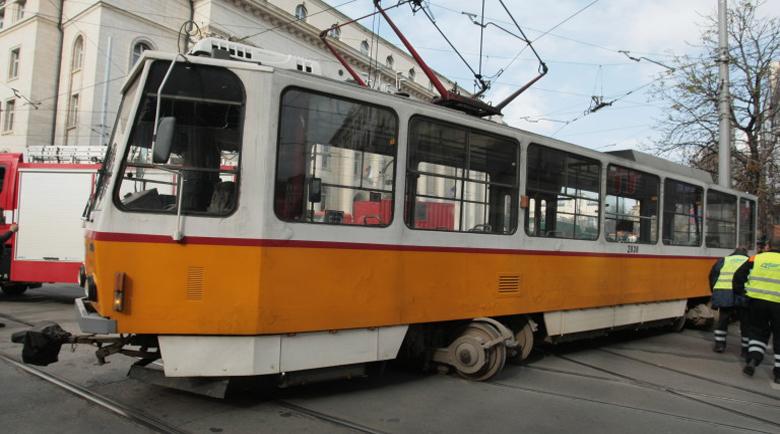 Трамвай излезе от релсите и блъсна жена до Съдебната палата