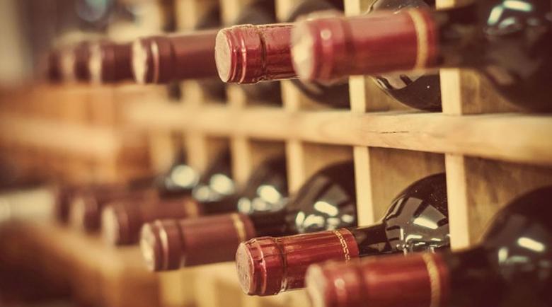 Крадец на вино се напи до безпаметност и забрави да избяга от шатото