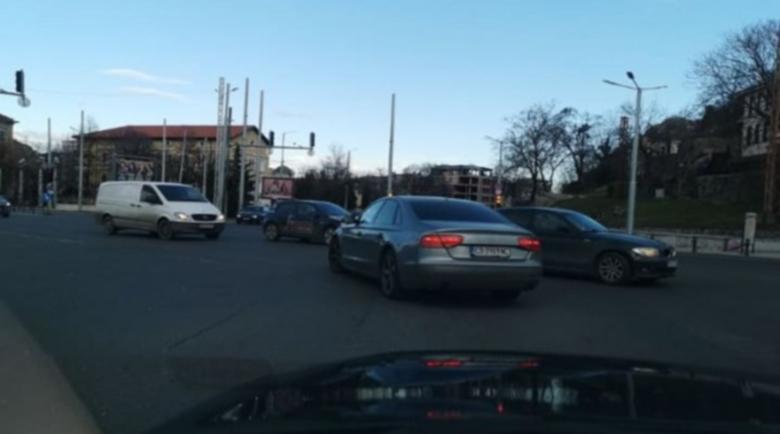 """Наглец с """"Ауди"""" вбеси шофьори в центъра на Пловдив, навря се на червено"""