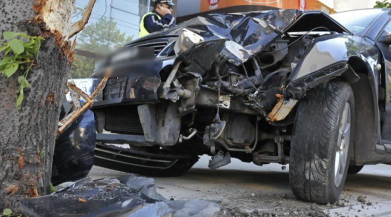 18-годишен заби колата си в дърво край Враца