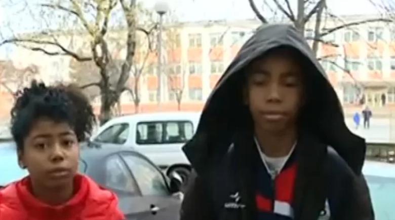 """Жена преби 12-годишно българче мулатче пред училище с… """"Напуснете тази държава!"""""""