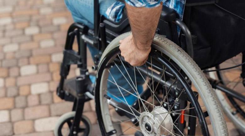 Кола отнесе пиян в инвалидна количка