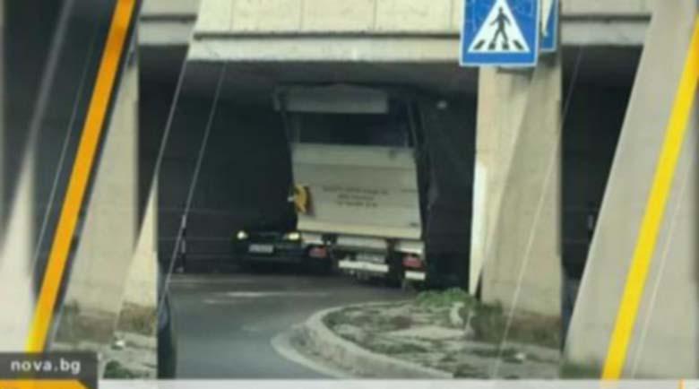Камион се заклещи под мост в София