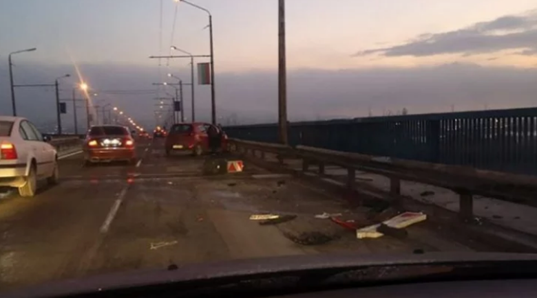 Заслани се и… Кошмарна гледка на Аспаруховия мост тази сутрин