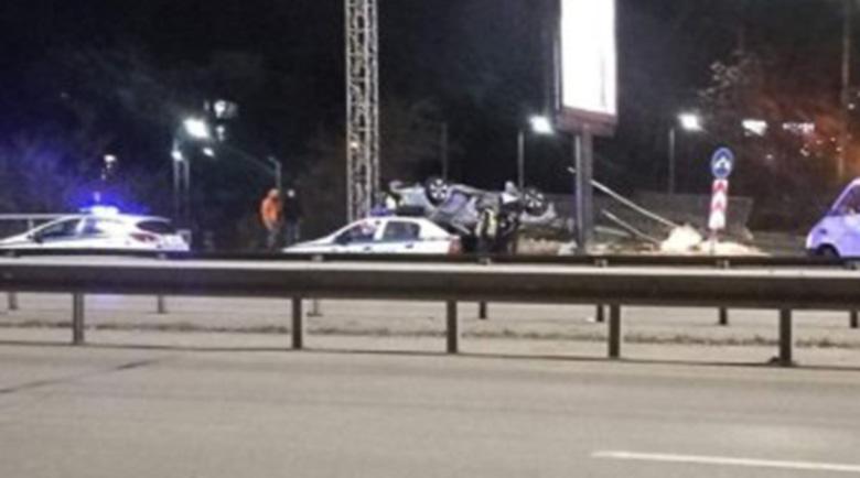 Кола се обърна по таван на Цариградско шосе