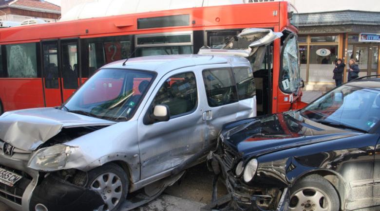 Брутален троен удар: Автобус, ван и кола се блъснаха на главната в Смолян