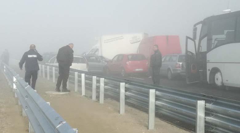 6 коли се нанизаха във верижна катастрофа заради мъгла