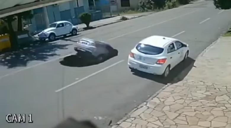 """Кола на пълна скорост """"потъна"""" под асфалта"""