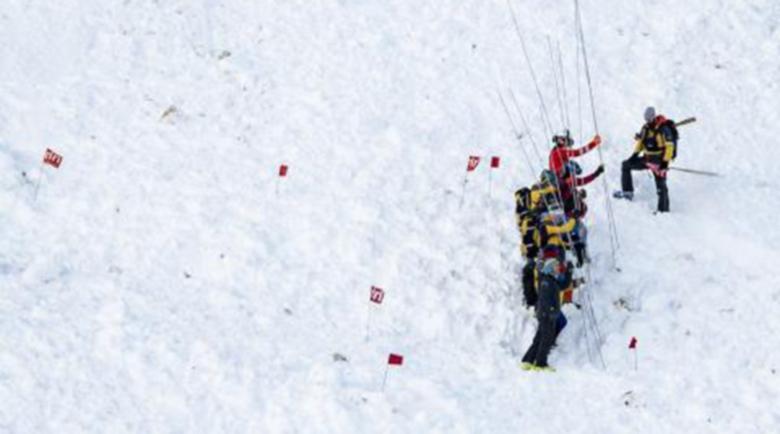 Лавина затрупа скиори в Швейцария