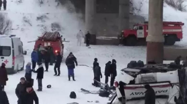 Автобус падна в замръзнала река, има много жертви