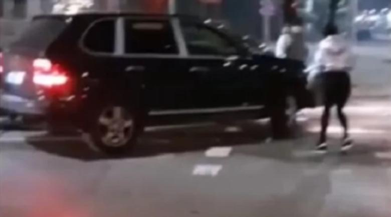 Скандал! Снаха на мастит бизнесмен бие млад шофьор на пътя