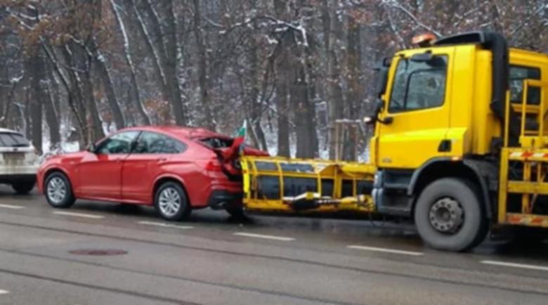 Куриозна катастрофа със скъп джип и снегорин на столичен булевард