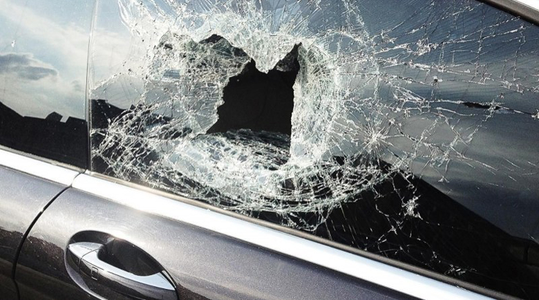 30-годишен строши стъкло на кола с пистолет след разправия на пътя