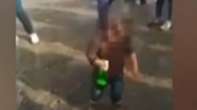Роднините на детето, заснето с бутилка бира: Често се прави на пияно…