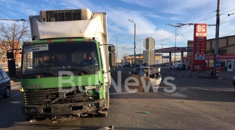 Камион направи на мекица кола с 4 жени във Враца